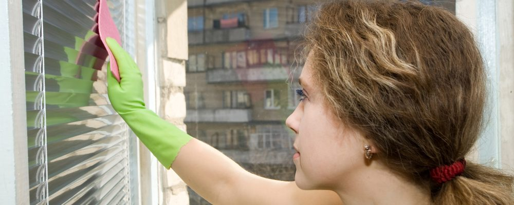 Cleaning window blinds